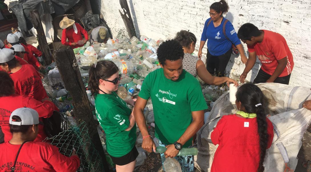Project Abroads ungdomsvolontärer städar stränder som en del av deras naturvårdsarbete på sköldpaddsprojektet i Mexiko.